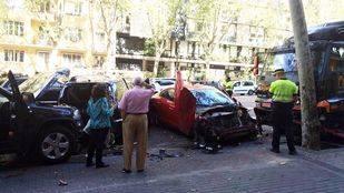 Un camión sin conductor hiere a una mujer y arrolla seis vehículos en Chamberí