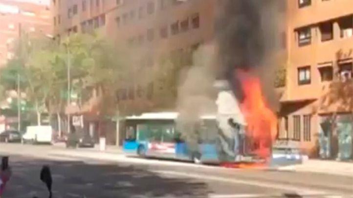 Arde un autobús de la EMT en la avenida del Mediterráneo