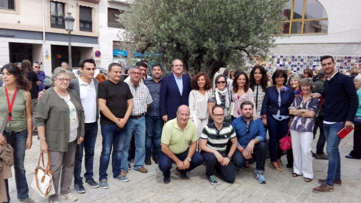 Sara Hernández, la secretaria general del PSOE M, rodeada de compañeros en un acto a un alcalde republicano de Torrelodones