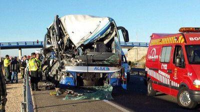 Una mujer fallecida y siete heridos graves en un accidente entre un autobús y un camión