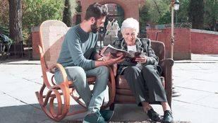 Una red de amistades vecinales para paliar la soledad de los mayores
