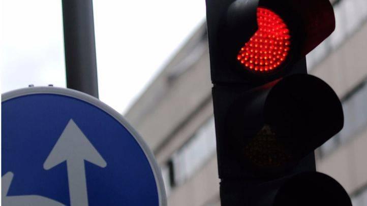 Diez semáforos de Alcobendas avisarán a los adictos al móvil cuándo se ponen en rojo