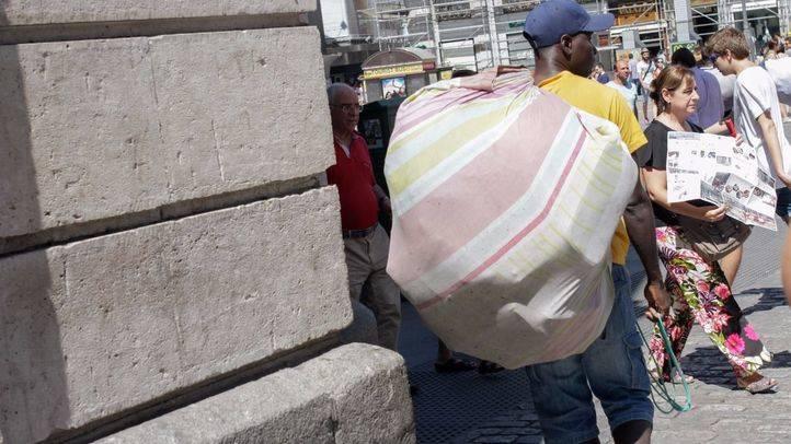 Venta ambulante ilegal de los conocidos como 'manteros' (archivo)