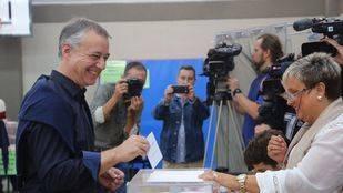 Feijóo y Urkullu revalidan sus triunfos en Galicia y Euskadi