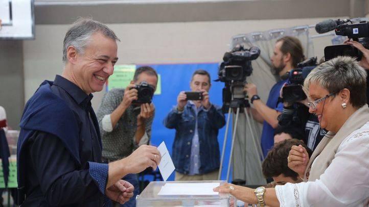 Íñigo Urkullu votando en su colegio electoral