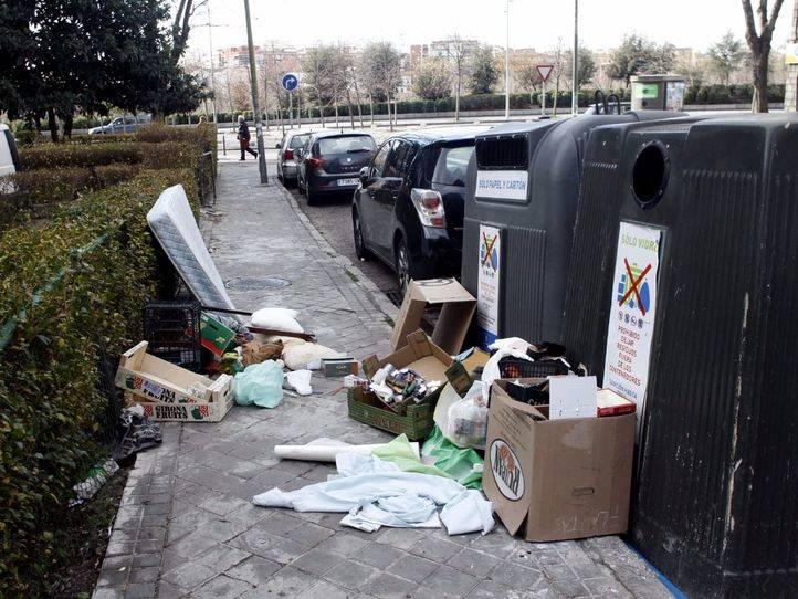 Restos de todo tipo de basura junto a contenedores de reciclaje en la calle Carmen Cobe�a. (Archivo)