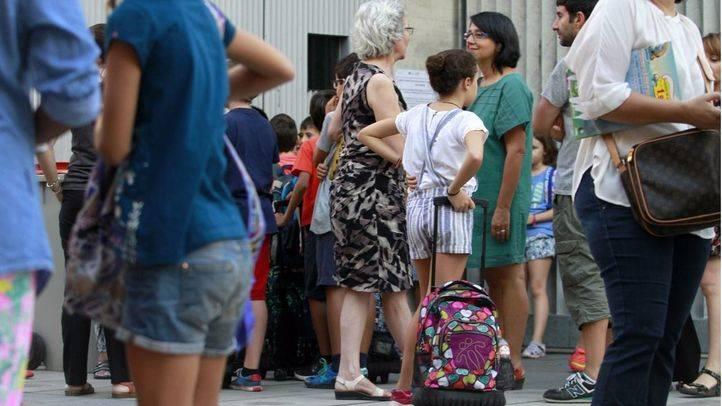 Alumnos entrando en el colegio p�blico de primaria Isabel La Cat�lica del barrio de Malasa�a.