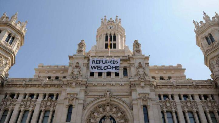 Pancarta de bienvenida a los refugiados en el Ayuntamiento de Madrid