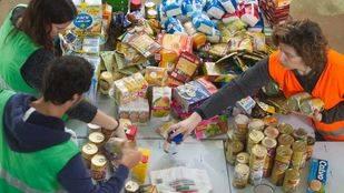 Voluntarios del Banco de Alimentos clasifican los productos que luego se repartiran entre las asociaciones ben�ficas.