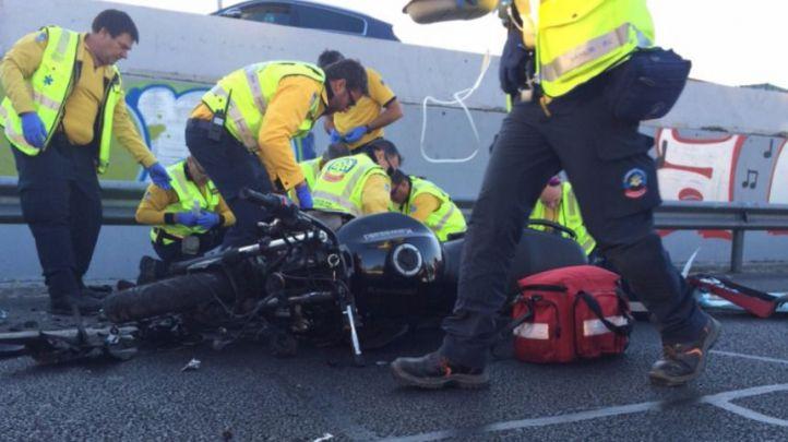 Los sanitarios atienden al motorista que ha chocado contra un veh�culo averiado en la M-30