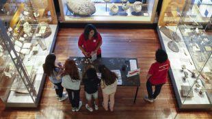 El Museo de Nacional de Ciencias Naturales se ha convertido por una tarde en una gran yincana científica en la que los participantes han podido acercarse al mundo de la paleontología, la zoología y la ecología a través de divertidísimos juegos.