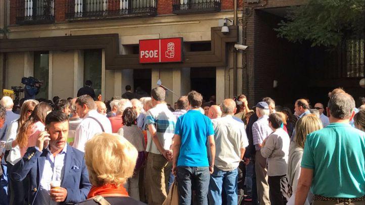 Docenas de personas se han concentrado durante toda la jornada frente a la puerta de la sede del PSOE en Ferraz, que ha amanecido con algún cartel de apoyo a Pedro Sánchez