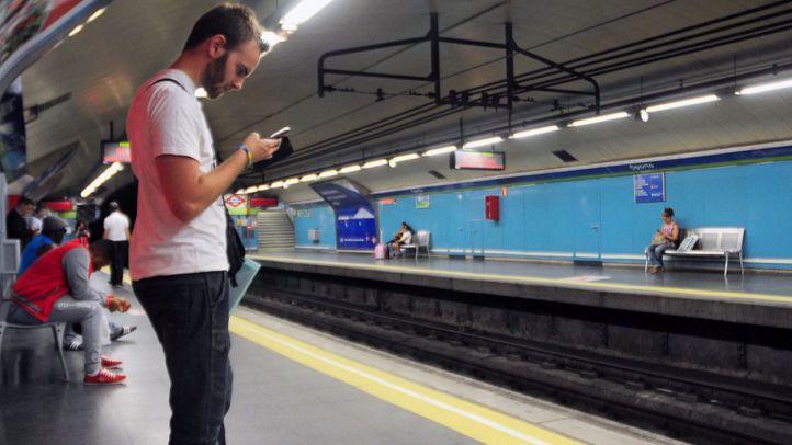 Metro pone en marcha un proyecto para poder cargar móviles
