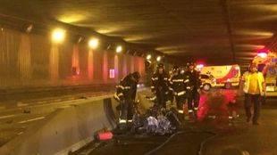 Un motorista fallecido y otro herido grave tras una colisión en el túnel bajo la avenida Islas Filipinas