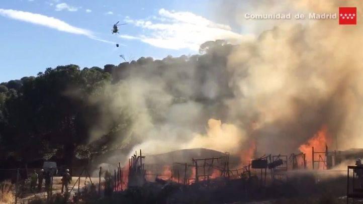 Un fuego al borde del campo arrasa dos naves de Valdemaqueda