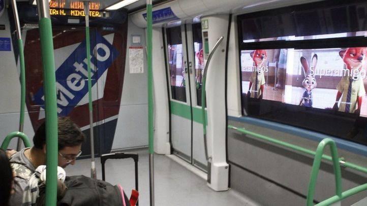 El consejero de Transportes de la Comunidad de Madrid, Pedro Rollán, ha presentado el nuevo soporte publicitario que podrá observarse por las ventanas del metro de la línea 8.