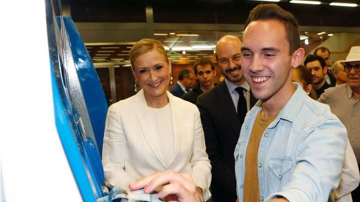 Cifuentes comparte con los jóvenes el primer día del nuevo Abono a 20 euros.