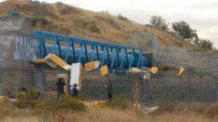 Alarma tras la aparición de varias neveras 'colgantes' que amenazan las vías del Metro entre Vicálvaro y Rivas