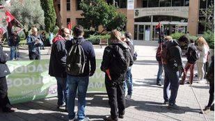 Concentración de trabajadores de Helechos y sindicatos ante el Ayuntamiento de Leganés, este jueves