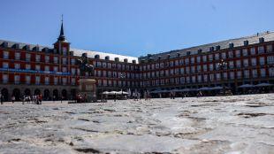 La decoración de las bóvedas de la Plaza Mayor, todavía en el aire