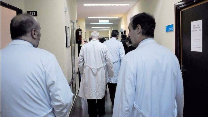 Varios medicos en pasillos de un  hospital