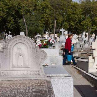 Miles de personas recuerdan a sus seres queridos en el cementerio de la Almudena de Madrid cada 1 de noviembre. (Archivo)