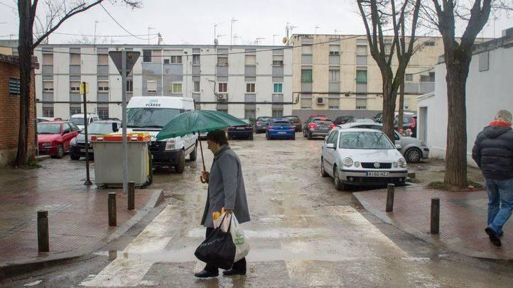 Una anciana cruza la calle Pradoluengo, en el barrio del Aeropuerto.