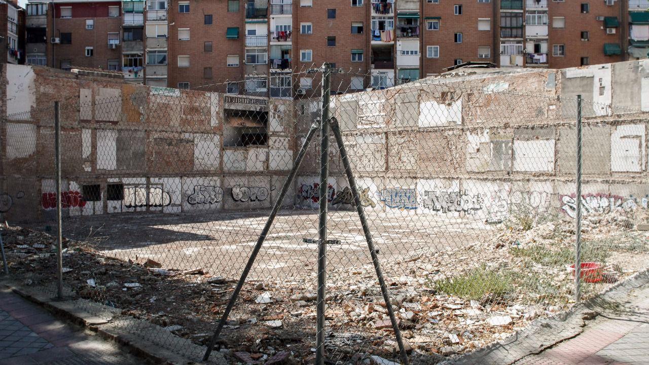 Un contenedor de servicios p blicos sobre el antiguo - Puerta bonita espana ...