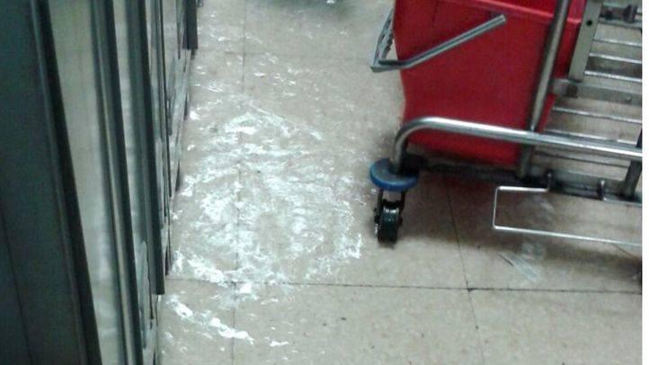 Inundaci�n por gotera de uno de los vestuarios del hospital.