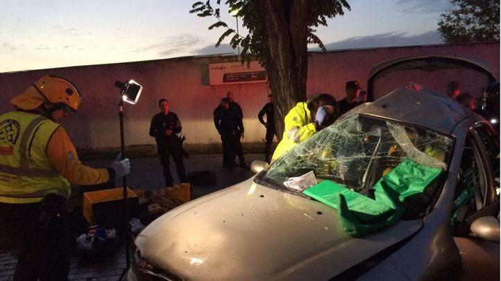 Dos menores, heridos tras chocar un coche contra un árbol en Entrevías