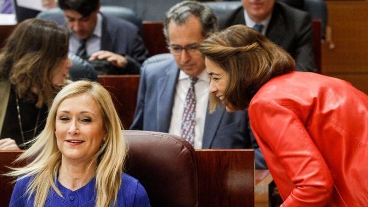 Cristina Cifuentes, la diputada Elena González-Moñux y Enrique Ossorio en el hemiciclo de la Asamblea de Madrid. (Archivo)