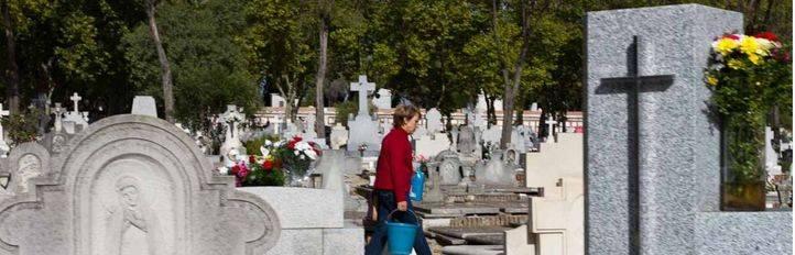 Uno de noviembre, Día de todos los santos, cientos de personas recuerdan a sus seres queridos en el cementerio de la Almudena de Madrid.