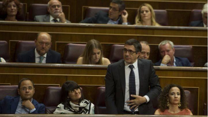 La bancada socialista mira a Patxi López durante su toma de posesión como diputado.