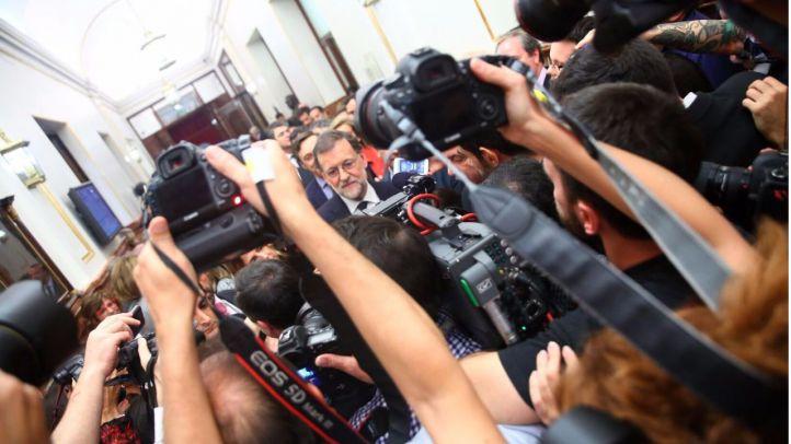 Mariano Rajoy atiende a la prensa tras su salida del Congreso investido como presidente del Gobierno