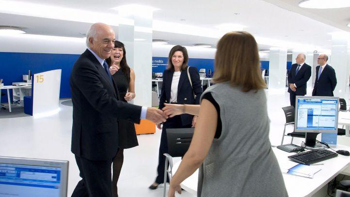 El presidente de BBVA, Francisco González,  durante la visita a la oficina de BBVA en Barcelona