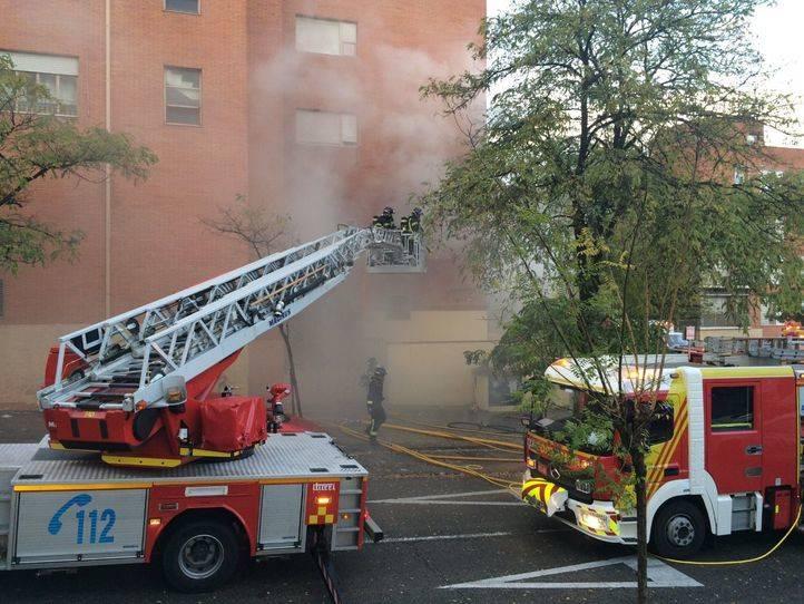 Los bomberos sofocan las llamas en una guardería de Vallecas