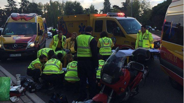 Muy grave, un motorista tras chocar con un turismo y golpearse la cabeza con el bordillo