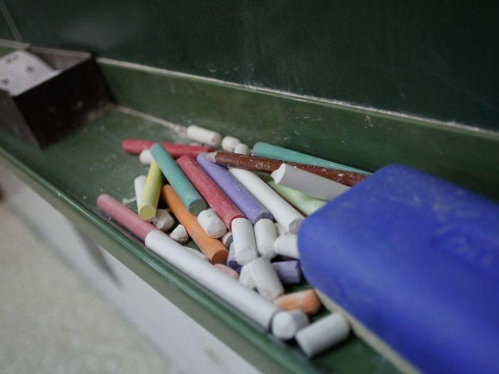 Pizarra y tizas en un colegio público