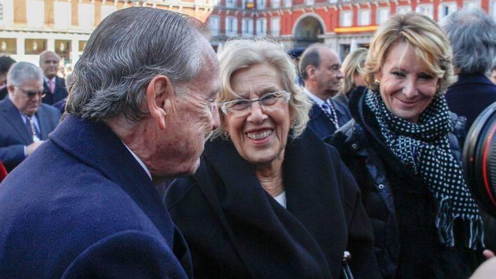 Álvarez del Manzano saluda a Manuela Carmena y a Esperanza Aguirre.