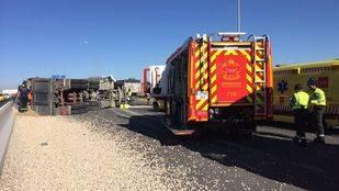 Un camión cargado de grava vuelca en la A-4 a la altura de Valdemoro y su conductor resulta herido