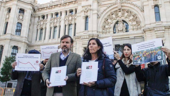 Familias numerosas piden a Carmena un bono anual para el SER