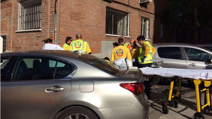 Un coche parado comienza a circular y atropella a dos mujeres en La Elipa