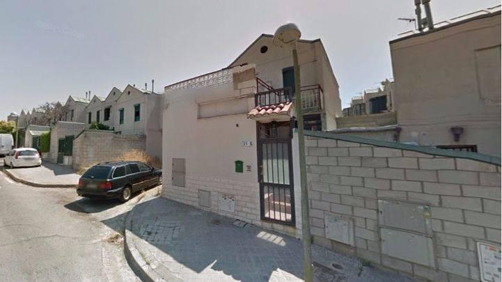 Un hombre recibe tres tiros mientras conducía por una calle de Puente de Vallecas