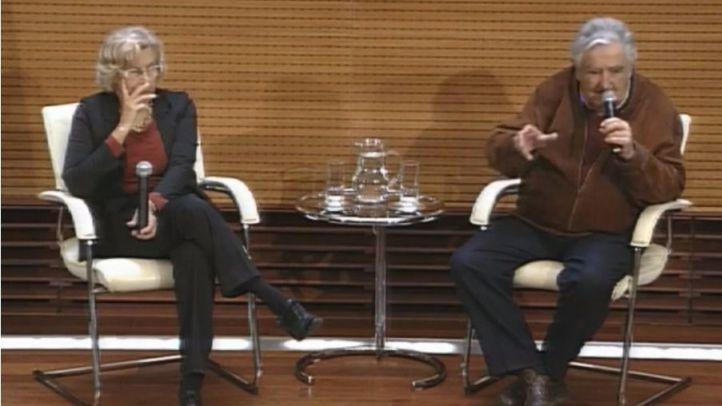 Manuela Carmena y José Mujica atienden a la prensa tras reunirse en Cibeles