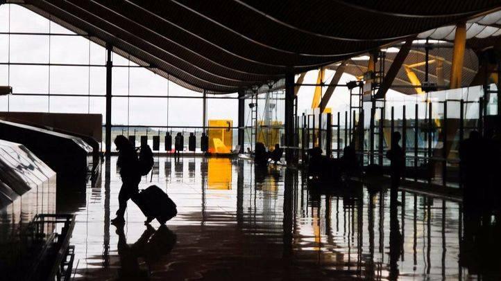 Madrid emisor libro turismo. Un viajero en la terminal 4 del aeropuerto Adolfo Suarez Madrid-Barajas.