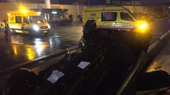 Dos heridos al volcar su coche en un centro comercial de Alcalá