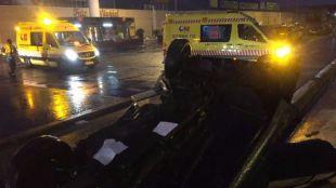 El coche ha volcado frente a un centro comercial