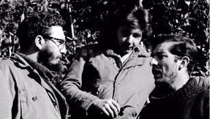 Fidel y Raúl Castro charlan con Enrique Meneses en Sierra Maestra.