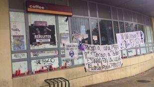 La estación de Cercanías de La Serna ha amanecido este viernes con mensajes de apoyo a la joven asesinada