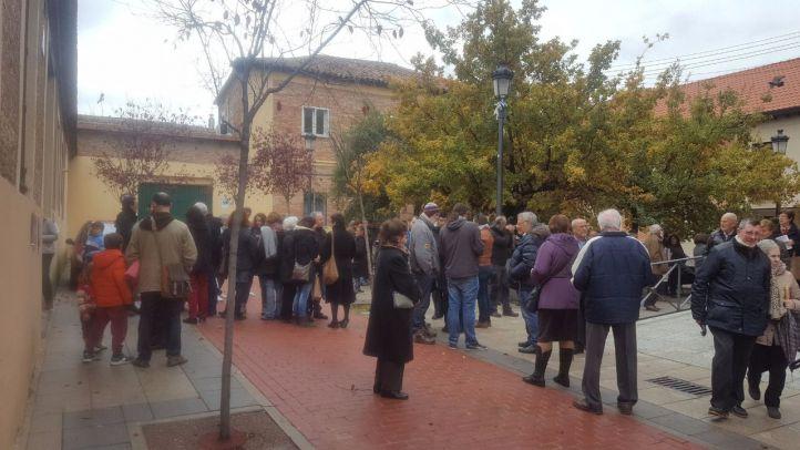 Vecinos de Hortaleza se concentran para evitar la construcción de un gimnasio en la plaza de la iglesia